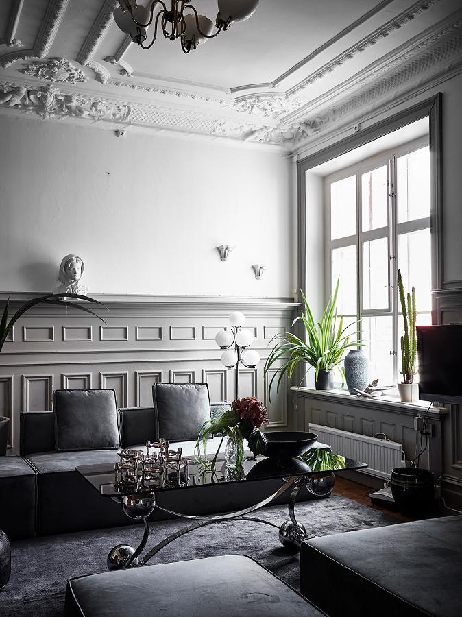 Sala ecléctica con mesa de centro metálica y sofisticada