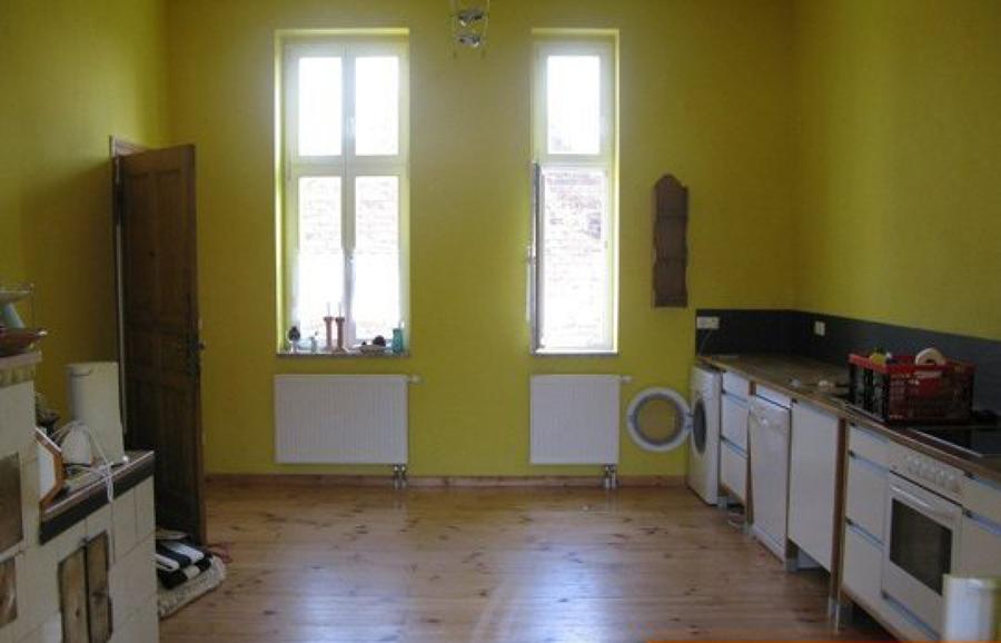 Cocina antigua con paredes amarillas