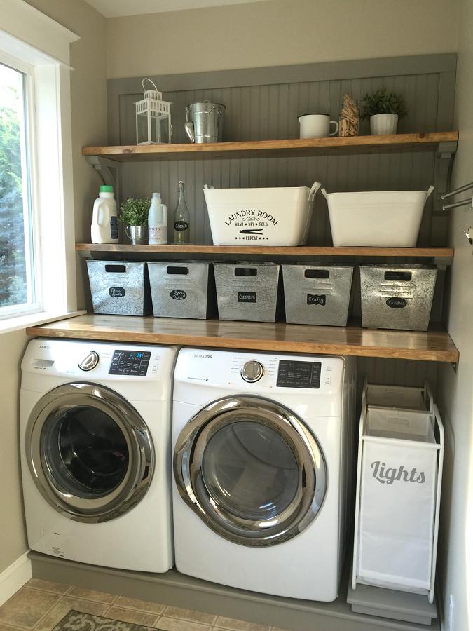 Área de lavado con cestos y estantes