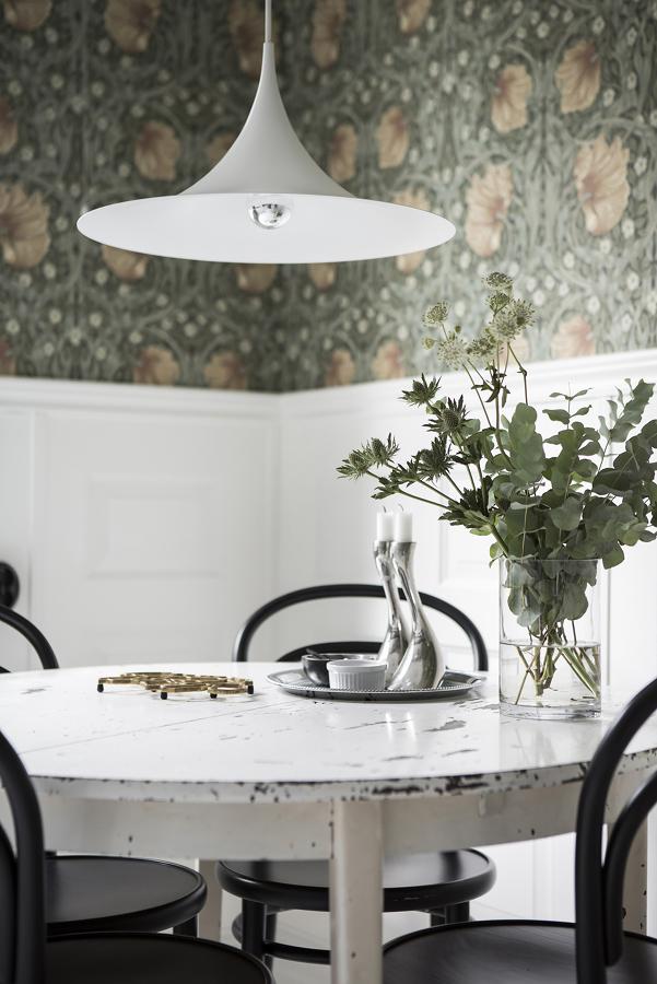 Mesa antigua con lámpara moderna