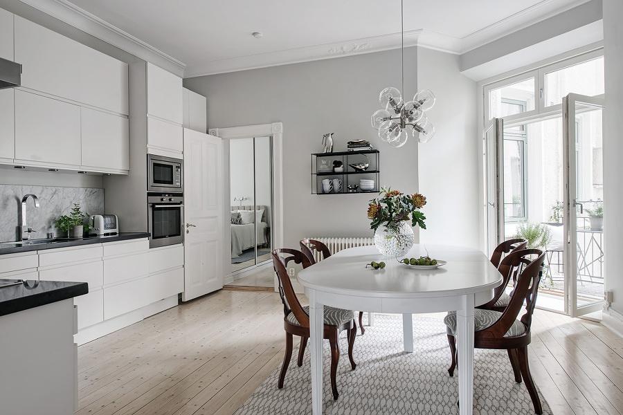 Cocina blanca con piso de madera