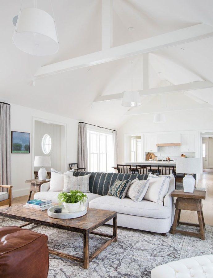 Sala rústica con mesa de madera natural