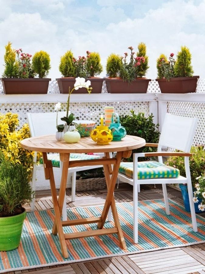 Balcón decorado con plantas y piso de madera