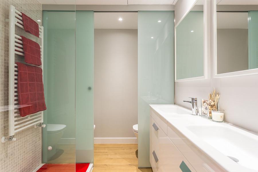 Baño con puerta corrediza de vidrio
