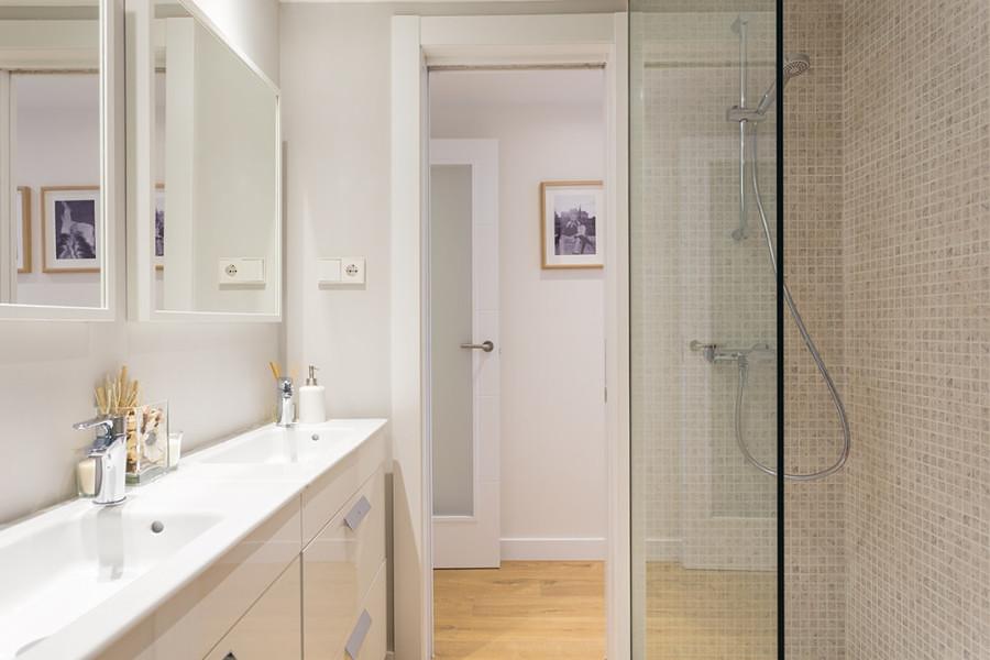 Regadera con azulejos en el baño