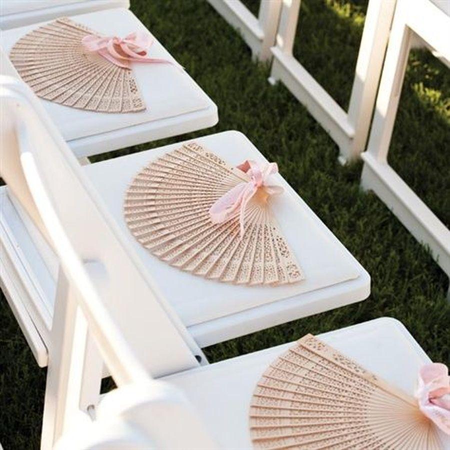 Abanicos sobre sillas de madera