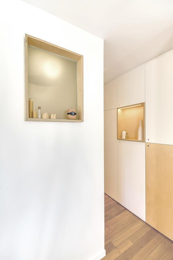 Abertura iluminada en pared del baño