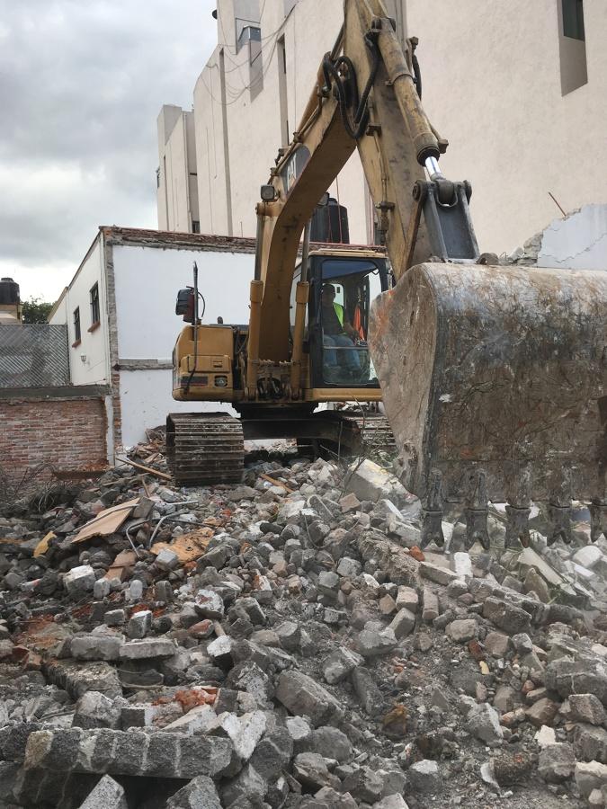 Acarreo de escombro con maquinaria pesada