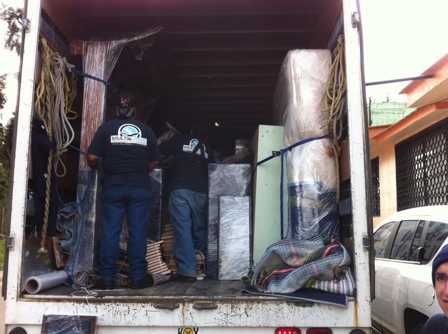 Acomodo de muebles en el camión de mudanza