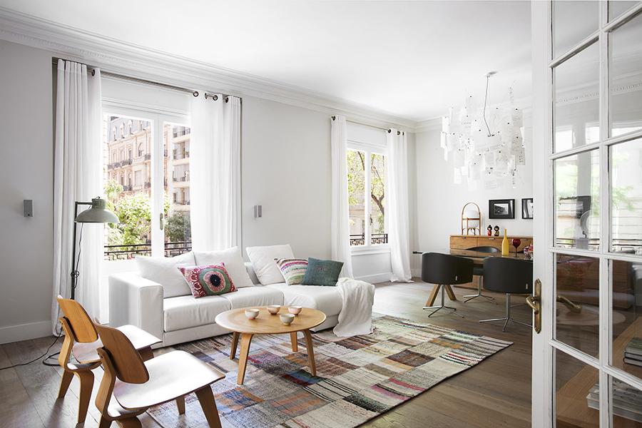 Sala con alfombra en el piso