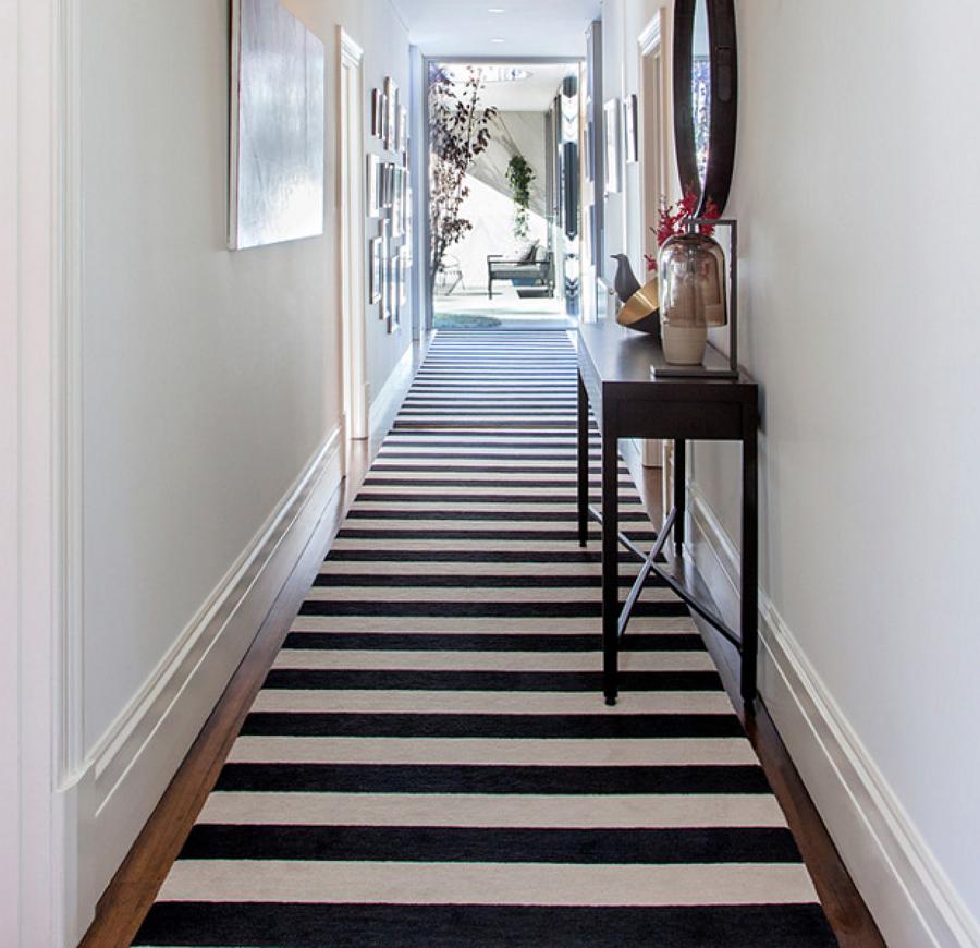 Pasillo largo con alfombra