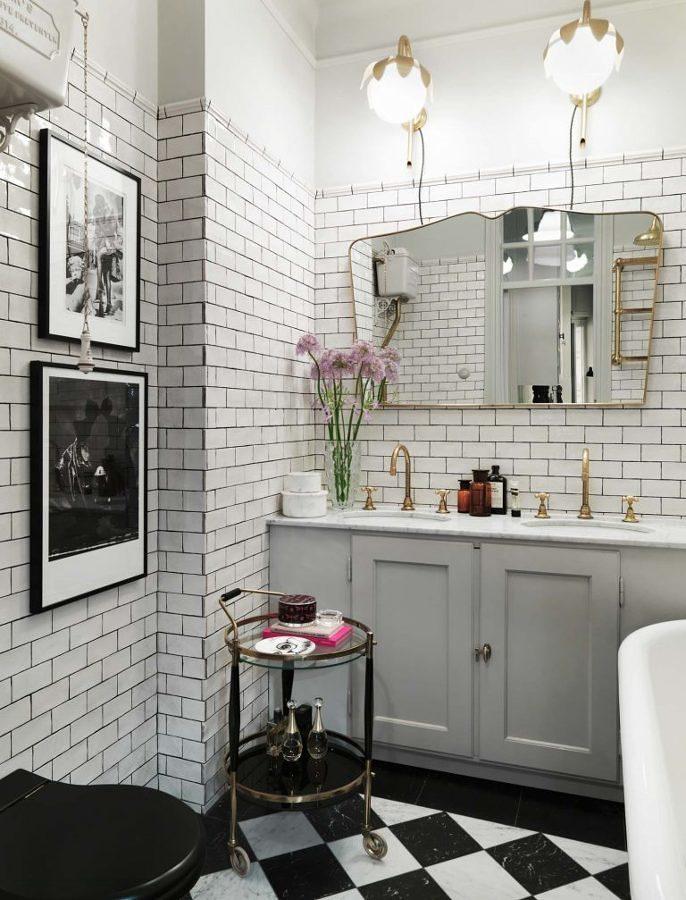Baño estilo vintage con paredes de ladrillo