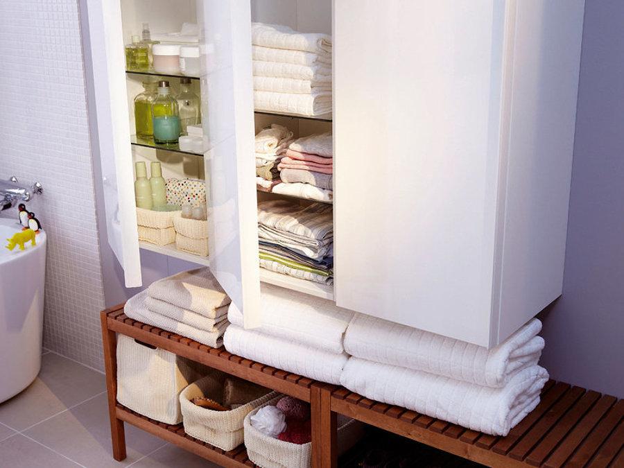 Rincón para almacenar toallas en el baño