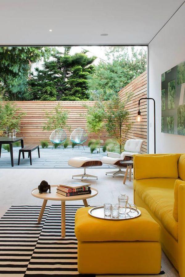 Sala con sofá amarillo intenso