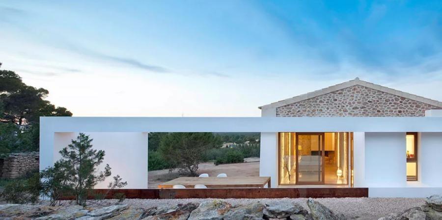 Fachada casa rural de piedra