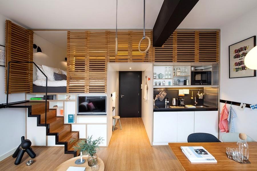 Departamento pequeño con recámara en altura y cocina abierta