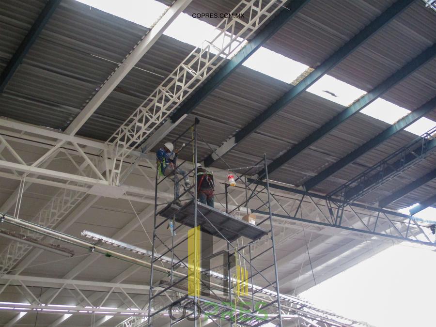 Aplicación de pintura en estructura.