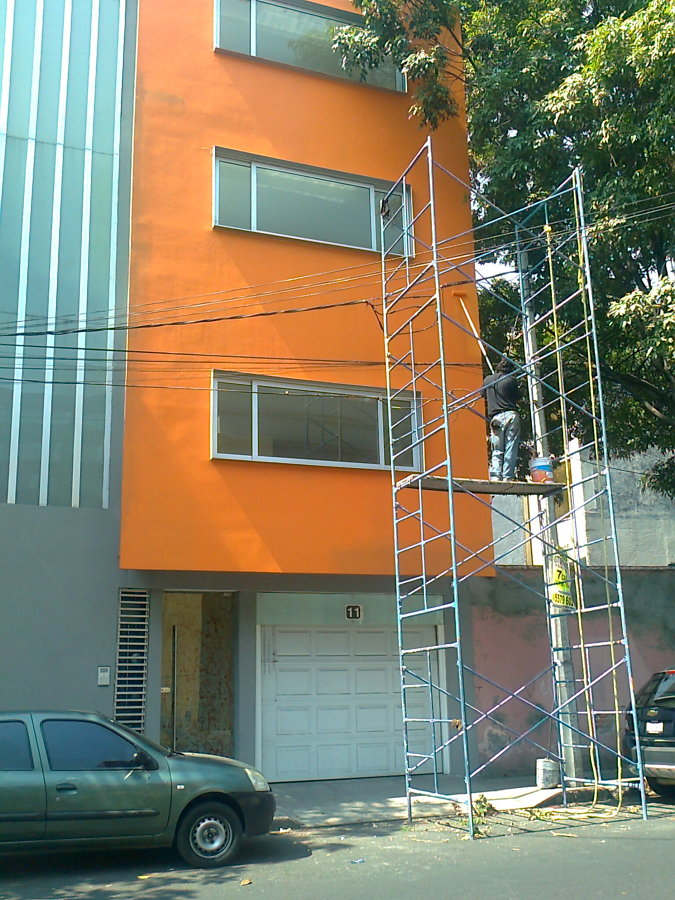 Aplicaci n de pintura exterior en edificio ideas pintores for Exterior edificios