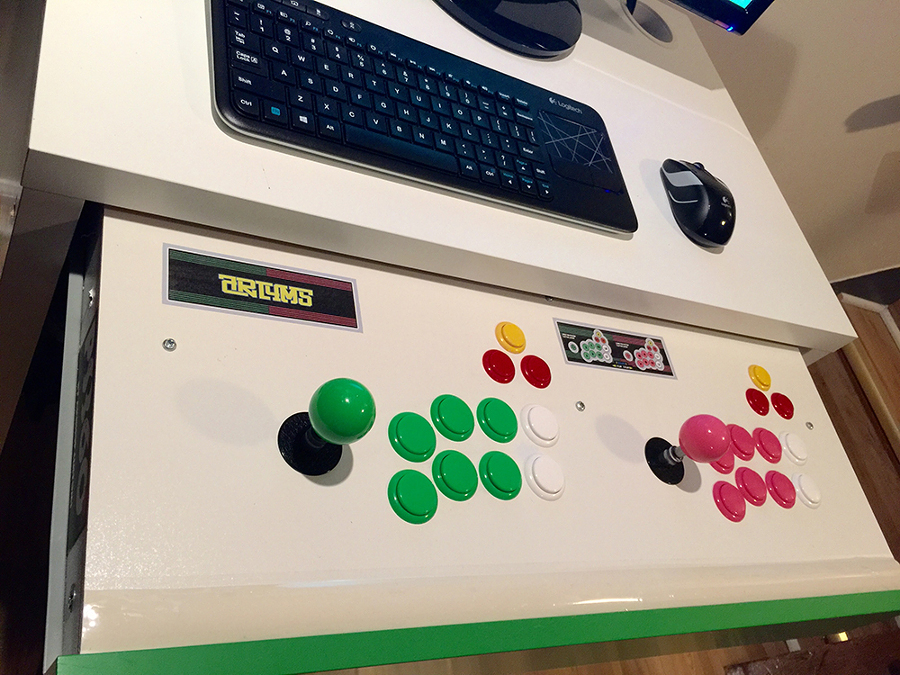 Escritorio con joysticks y botones arcade