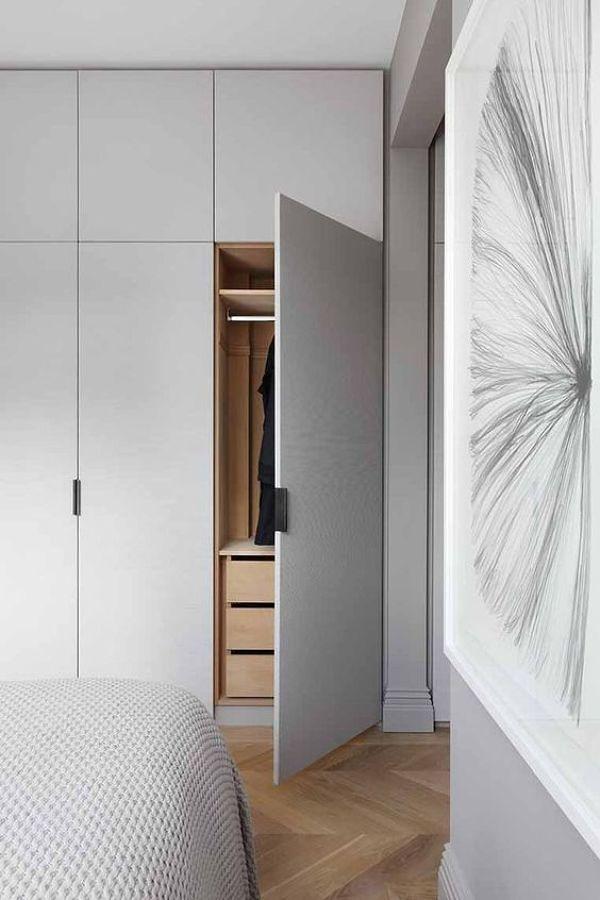 Clóset gris con puertas