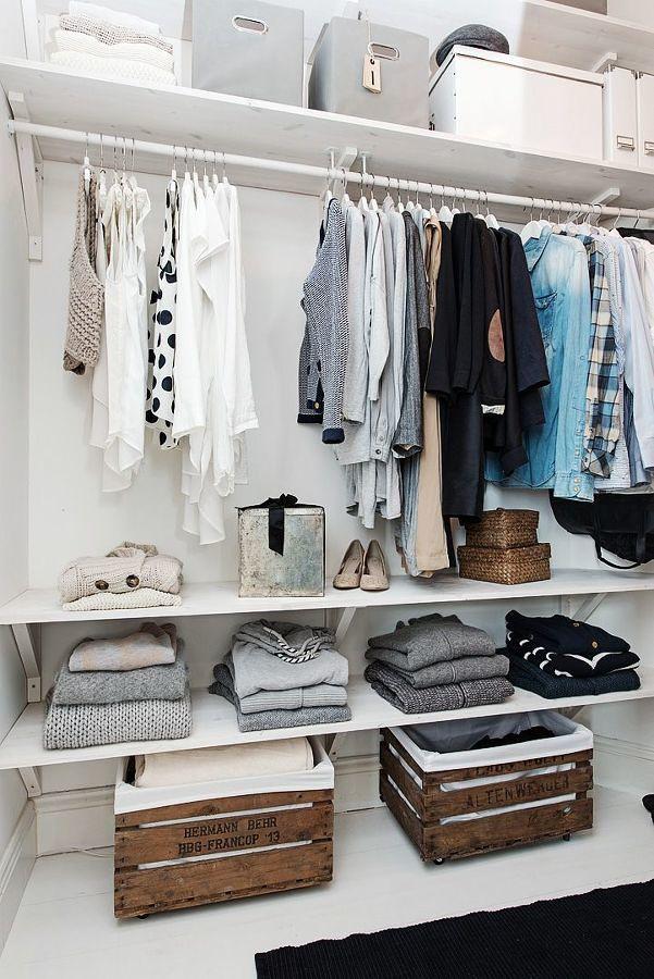 Clóset abierto con repisas, barras y cajas