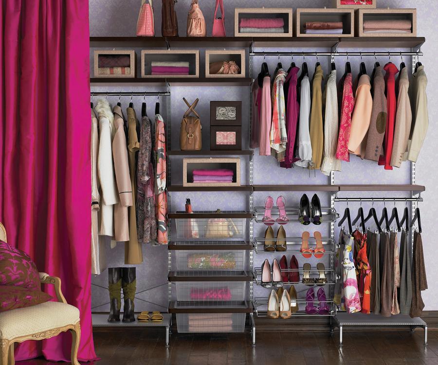 Clóset con ropa y calzado organizados