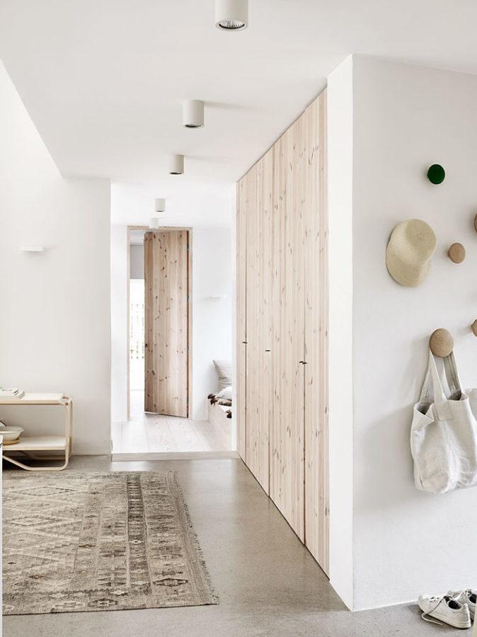 Clóset con puertas de madera