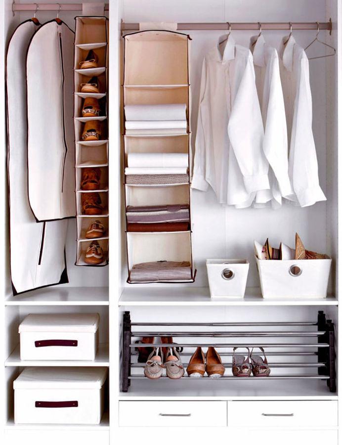 Clóset abierto organizado en compartimentos