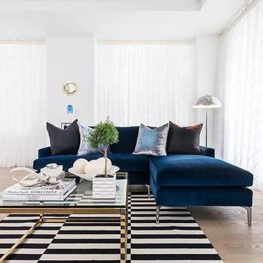 Sala con sillón color azul medianoche