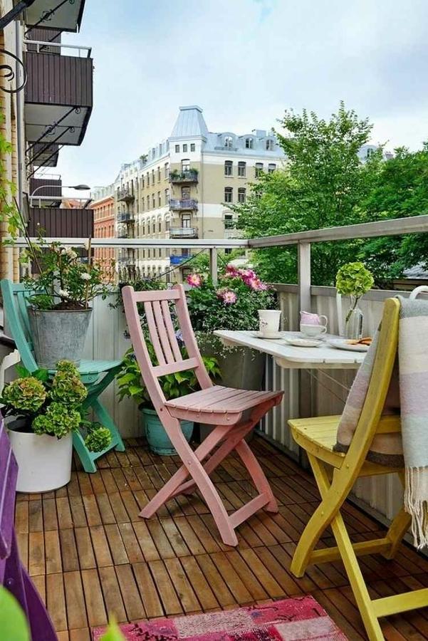 Balcón con mesa integrada en el barandal