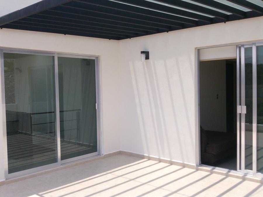 Balcon con pergolado de acero y policarbonato