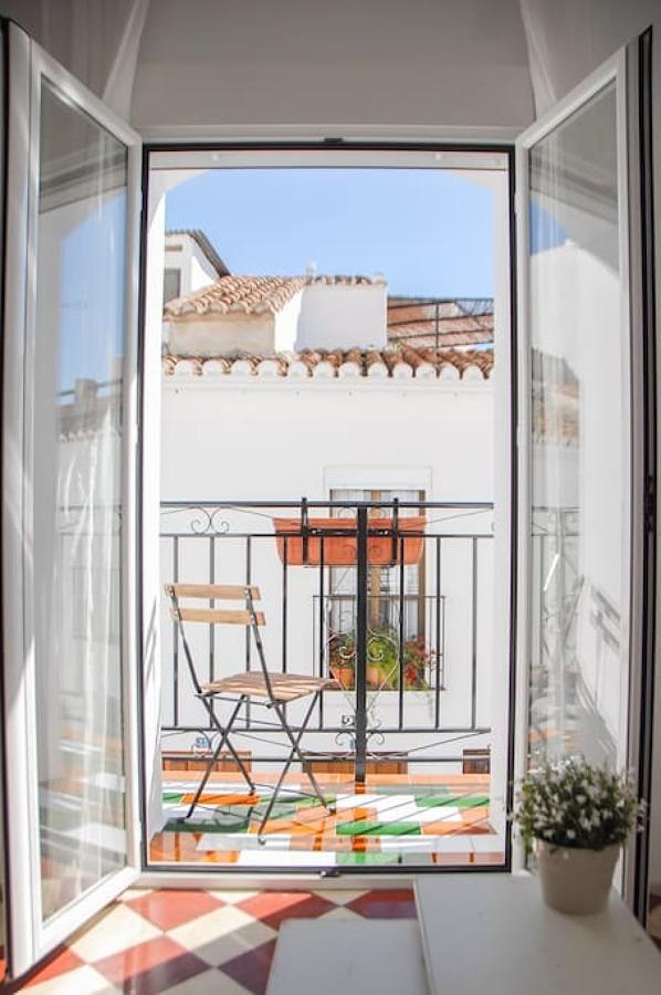 Balcón pequeño con piso de azulejos