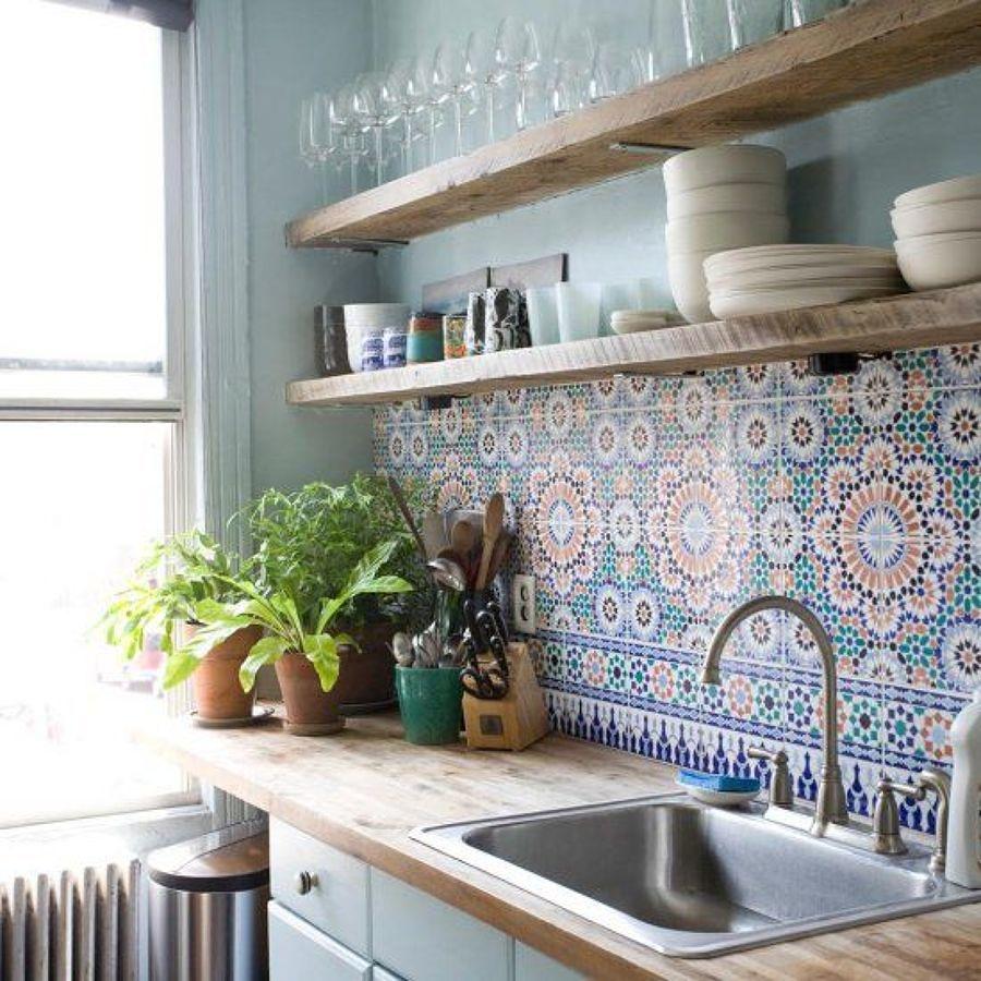 Cocina con revestimiento de mosaico hidráulico en la pared