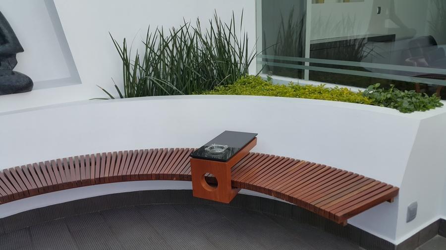 Banca de asiento circular en la terraza