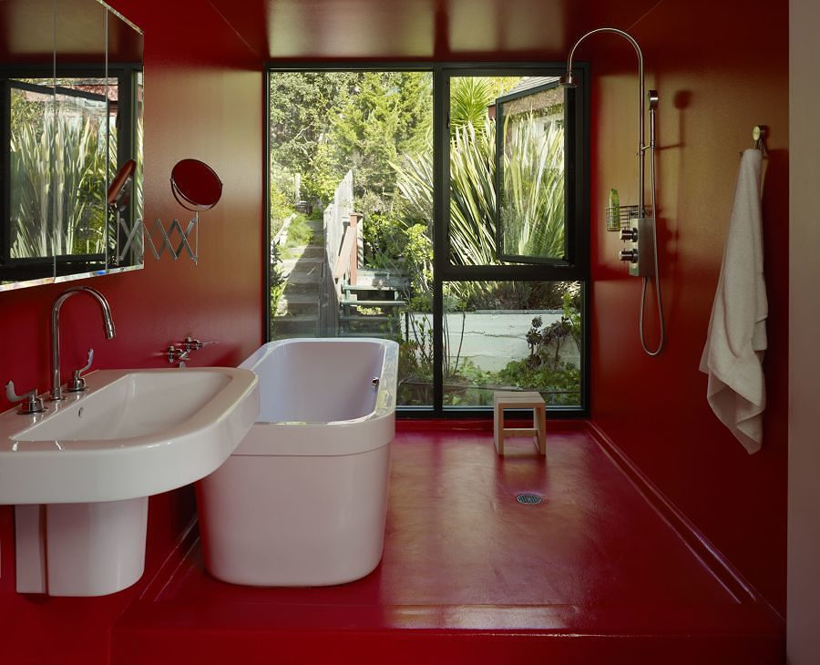 Baño con pintura epóxica roja