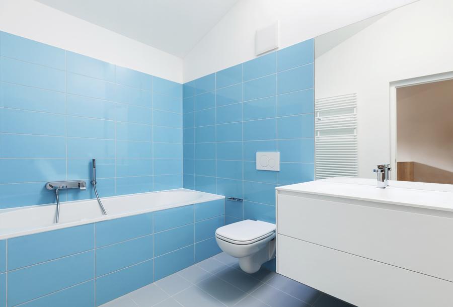 Baño con azulejos pintados de azul