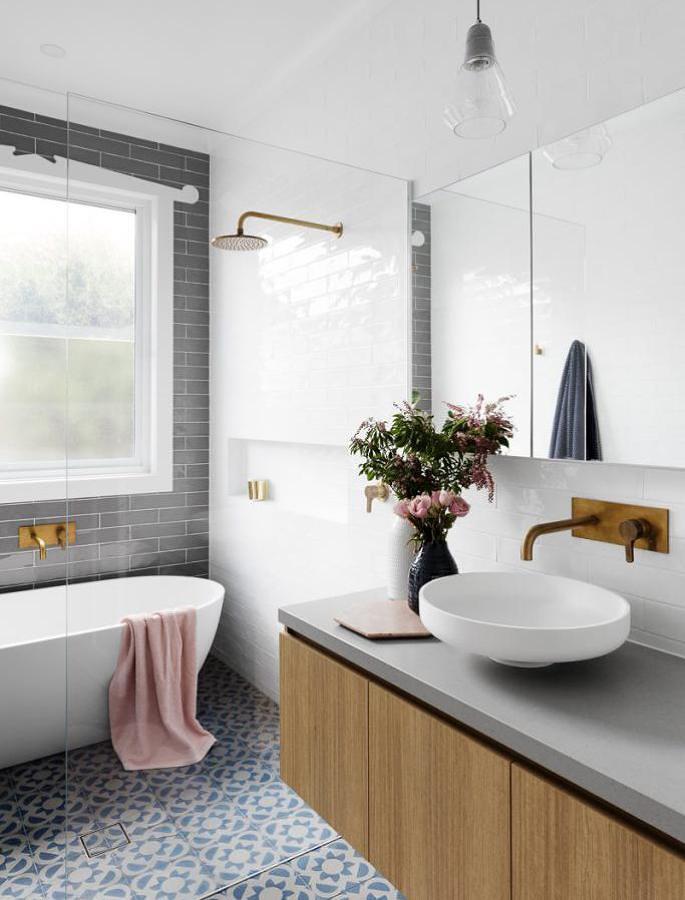 Baño con tina y cancel de vidrio