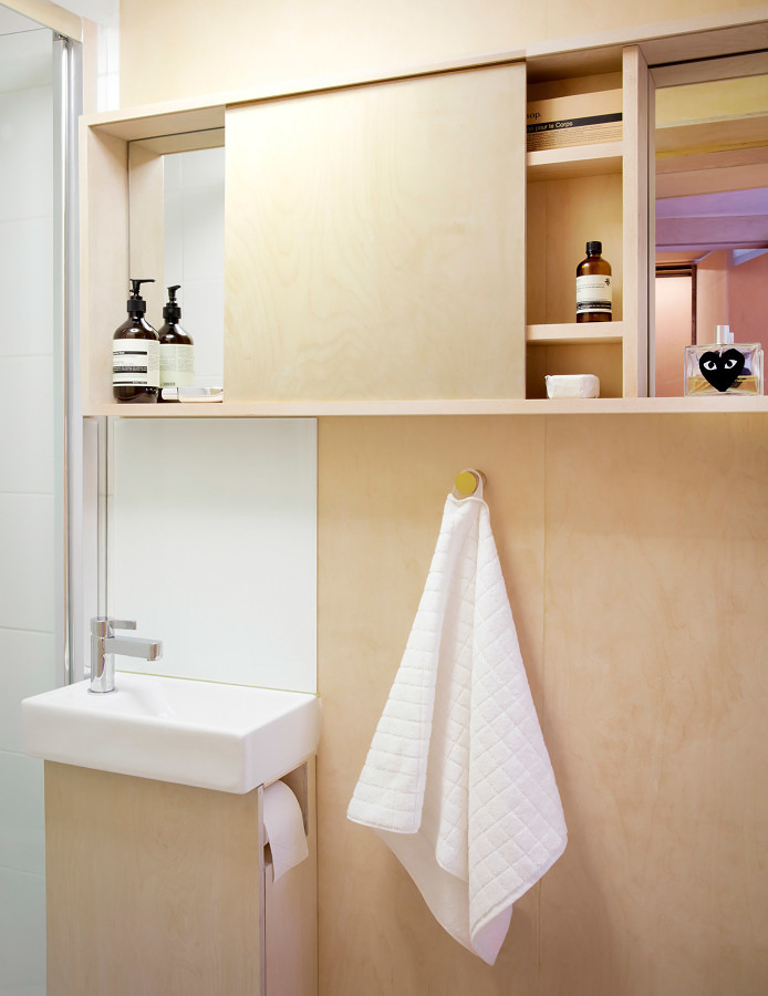 Baño mini con muebles de madera
