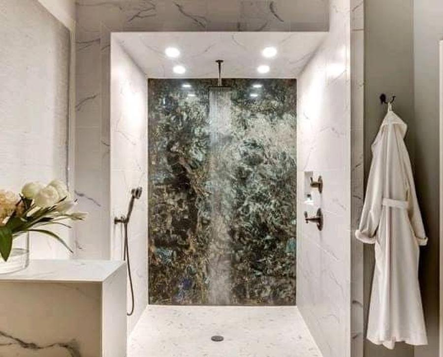 Baño con acabados de mármol