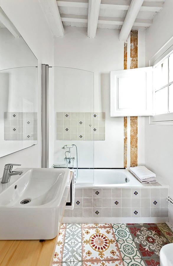 Foto ba o revestido con azulejos hidr ulicos 280982 for Azulejo hidraulico bano