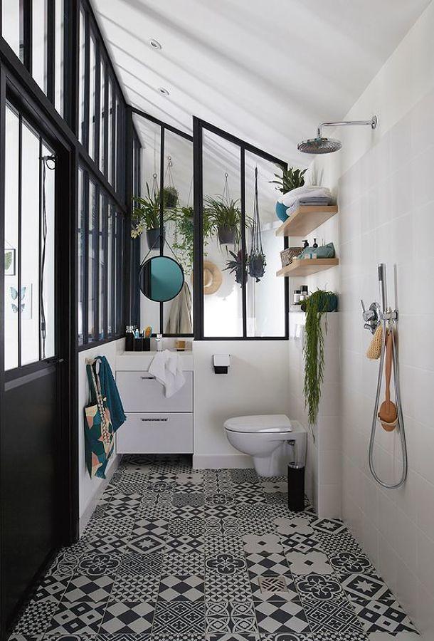 Baño con ducha y lavabo al fondo