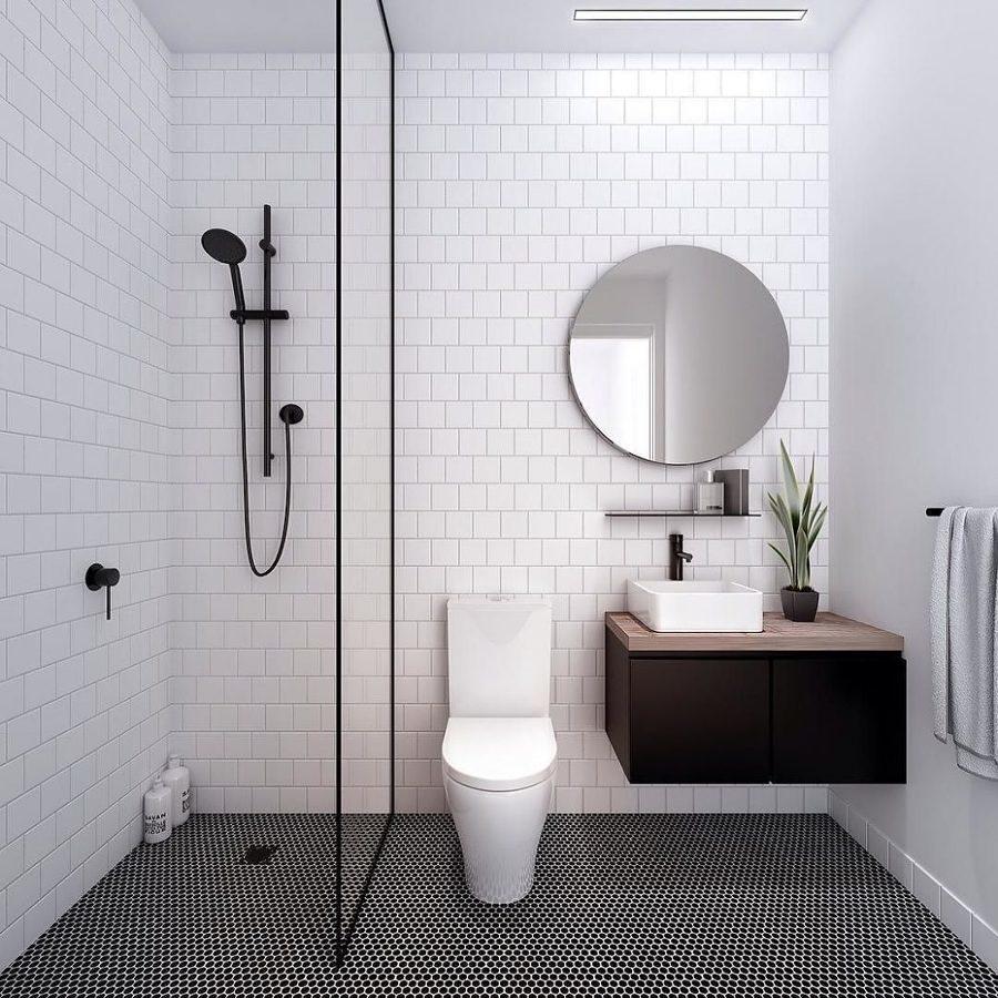 Baño con ducha integrada y mampara fija