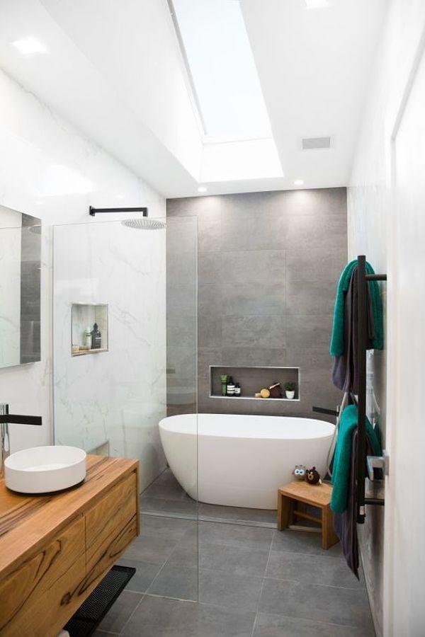 baño con ducha y bañera exenta