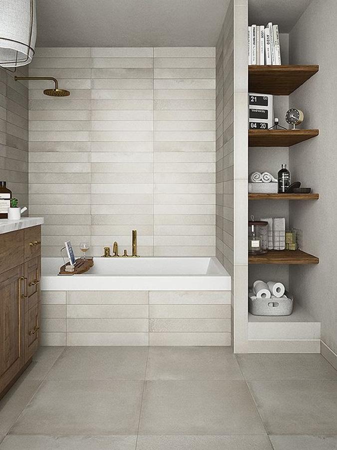 Baño con estantería de madera