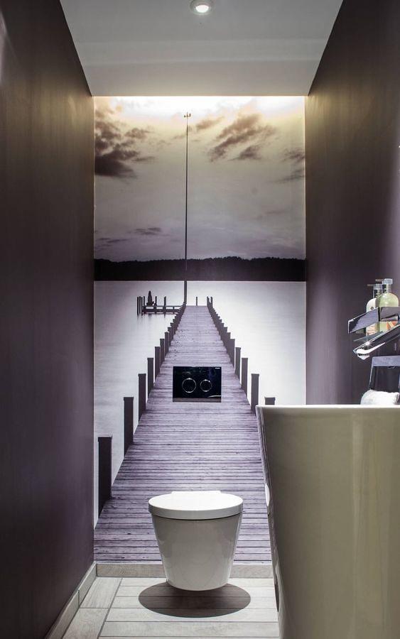 Baño con juego óptico en la pared