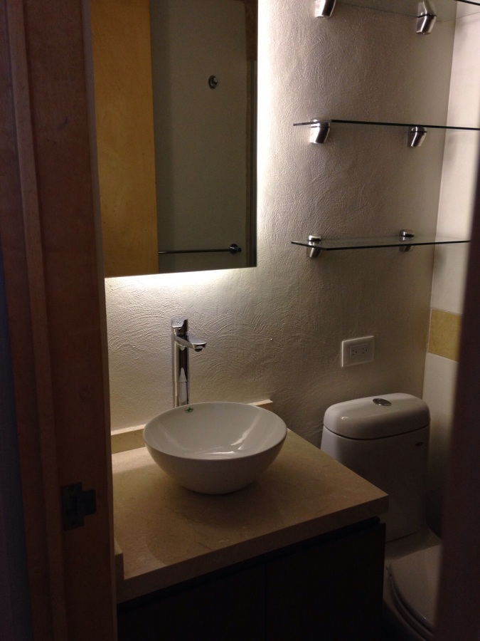 Foto ba o con luz de fondo en espejo de eje arquitectos - Luz para banos ...