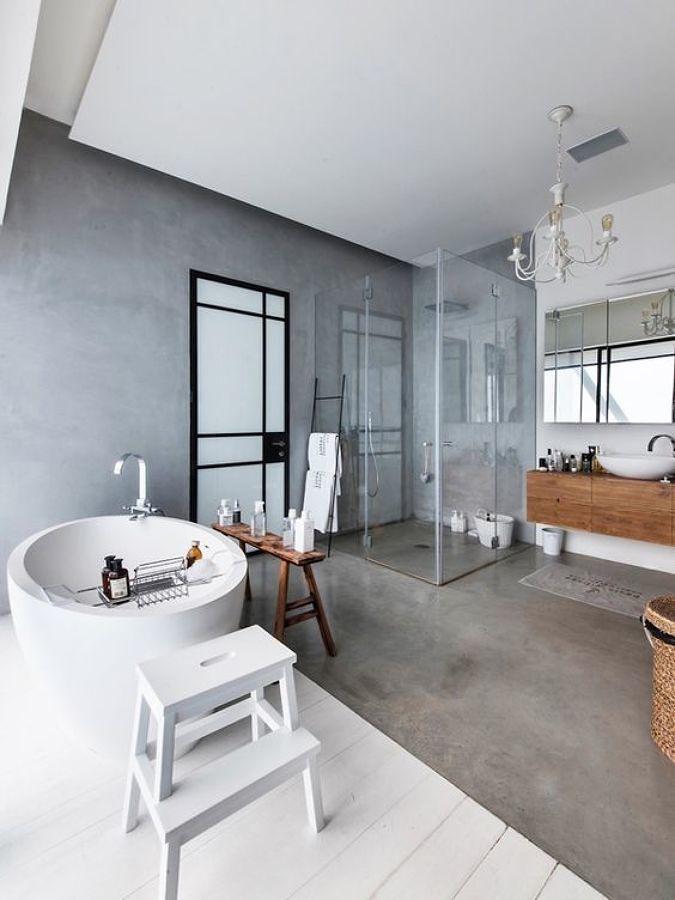 Baño con tina y mezcla de materiales