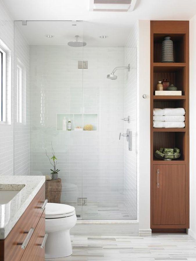 Baño ordenado con regadera y cancel de vidrio