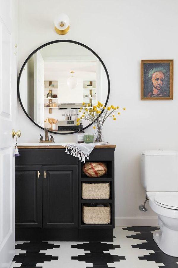 baño con mueble renovado con pintura