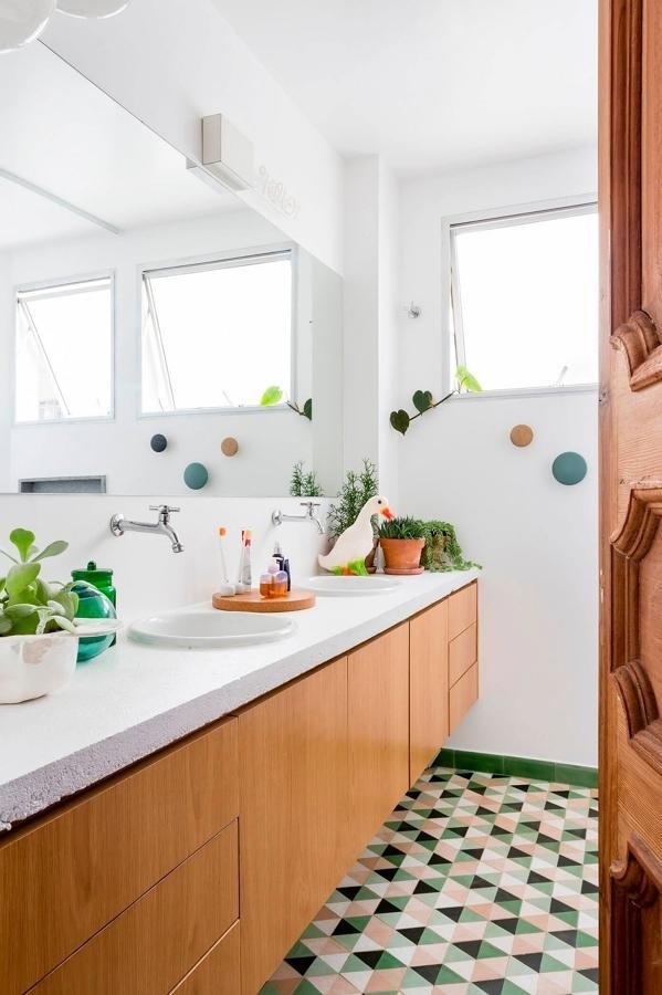 Baño con doble lavabo y mueble suspendido